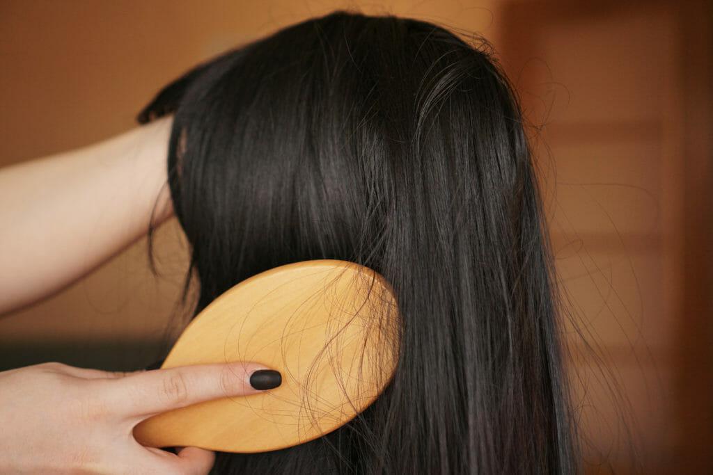 czesanie peruki naturalnej