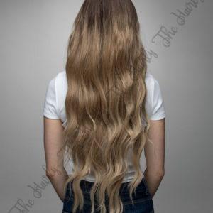 z syntetycznych włosów peruka ciemny blond z falami