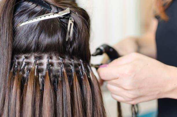 doczepiane włosy a tupety i toppery