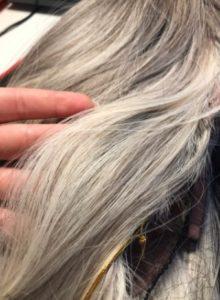 Peruka syntetyczna popielaty blond z pasemkami i grzywką photo review