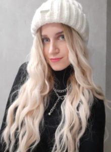 Peruka syntetyczna platynowy blond z naturalnym odrostem grzywka falowane photo review