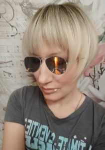 Peruka syntetyczna krótki bob platynowy blond z ciemnym odrostem photo review